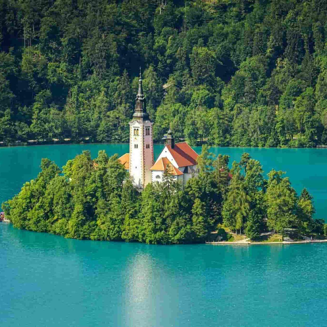 Gözden kaçan 8 güzel Avrupa şehri, Ljubljana hakkında bilmediğiniz 10 şey, Bled Gölü Ve Kalesi, Bled Gölü Görülmesi Gereken Yerler | Tourbulance | Büyük Avrupa Turu, Otobüsle Avrupa Turu.